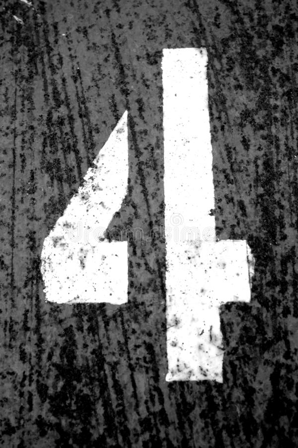 Número 4 no estêncil na parede suja do metal em preto e branco ilustração stock