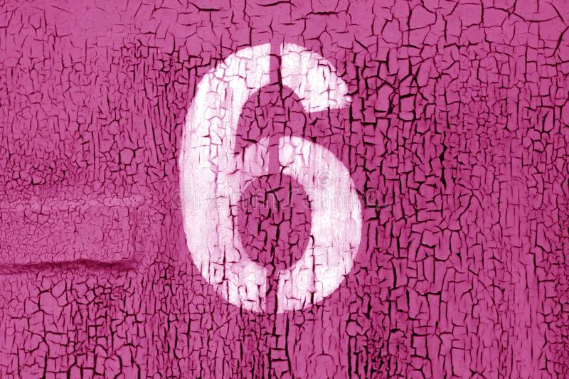 Número 6 no estêncil na parede suja do metal no tom cor-de-rosa imagens de stock