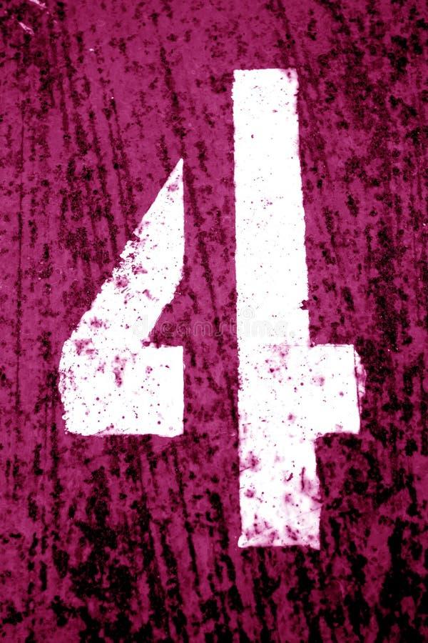 Número 4 no estêncil na parede suja do metal no tom cor-de-rosa imagem de stock royalty free