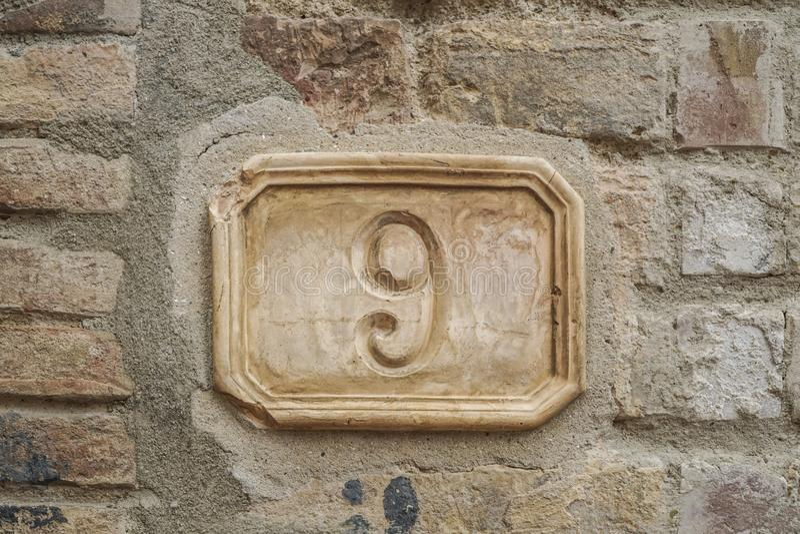 Número nueve en una pared imagen de archivo libre de regalías