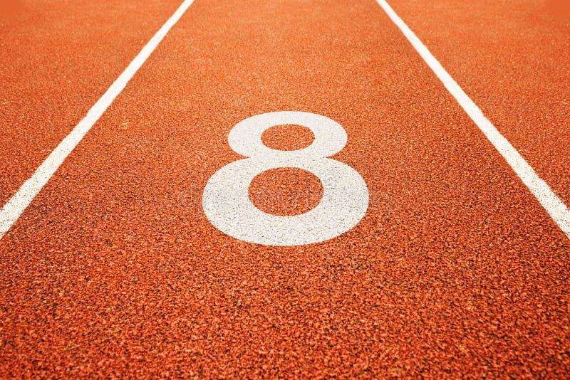 Número oito na pista de atletismo foto de stock