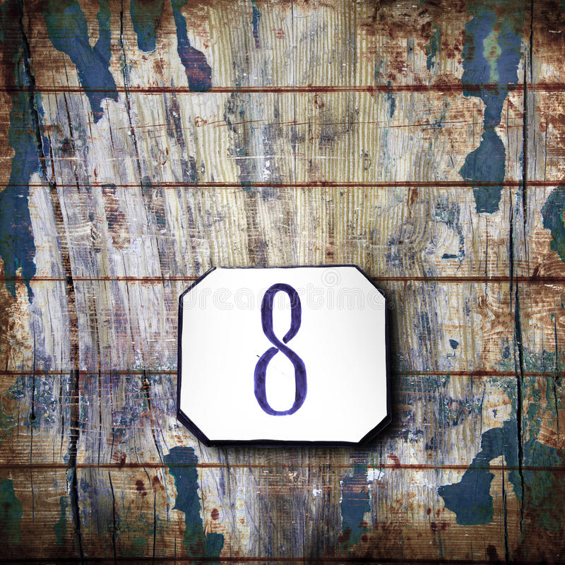 Número oito no fundo de madeira fotografia de stock royalty free
