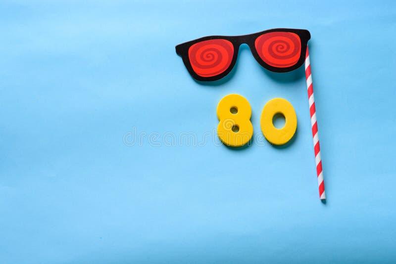 Número puesto plano de la visión superior y máscara de papel linda del carnaval de las gafas de sol imagen de archivo libre de regalías