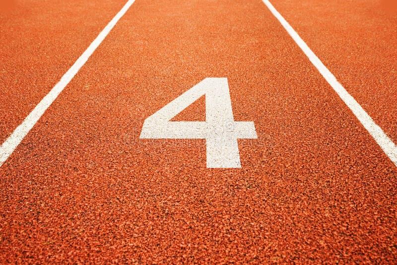 Número quatro na pista de atletismo foto de stock royalty free