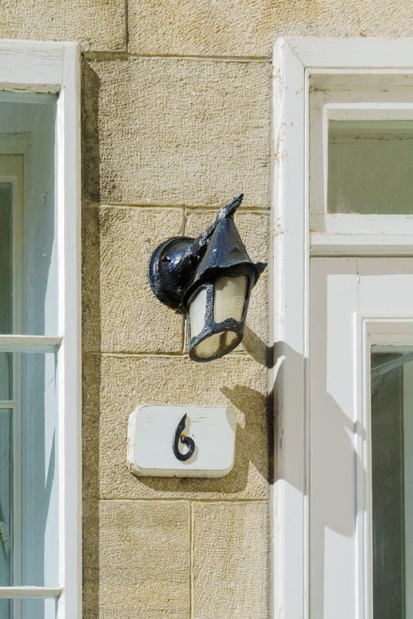 Número típico de la lámpara y de casa en la ciudad de Quebec imagen de archivo
