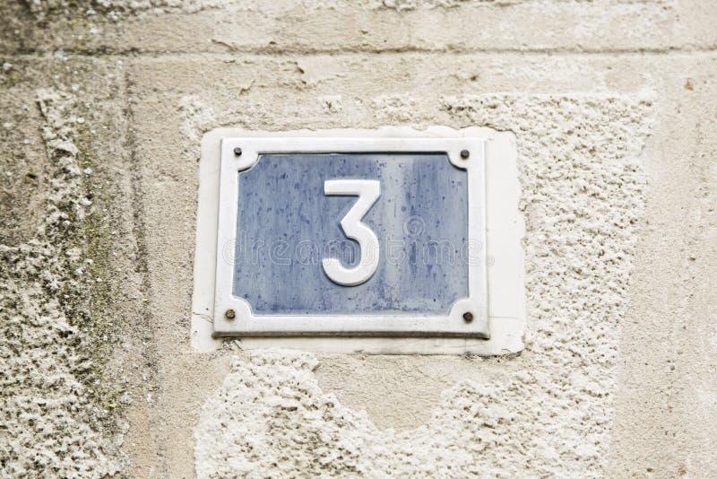 Número três na parede de uma casa foto de stock royalty free