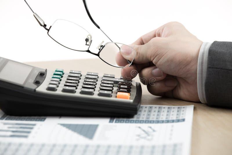 Números calculadores del presupuesto del hombre de las finanzas del negocio foto de archivo