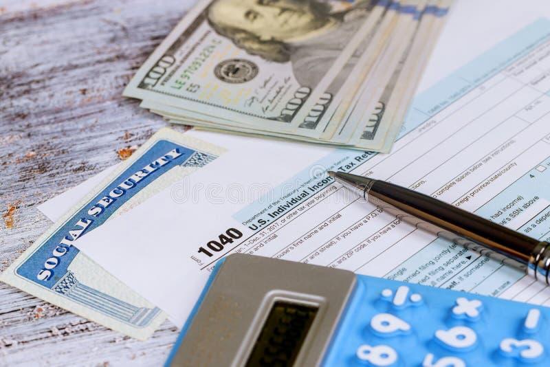 Números calculadores para la declaración sobre la renta con la calculadora imagen de archivo