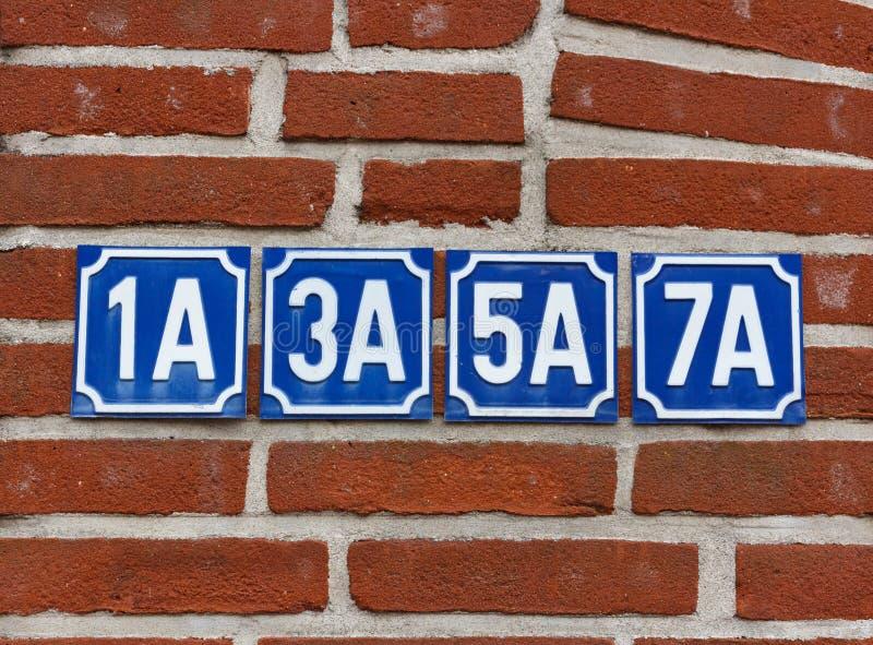 Números da casa na parede fotos de stock