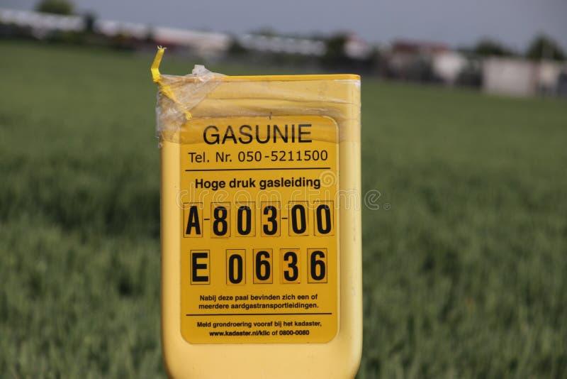 Números de identificação e sinais para avisar sobre um tubo de gás natural de alta pressão no solo imagens de stock royalty free