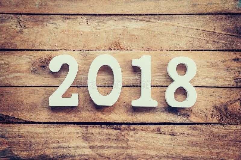 Números de madeira que formam o número 2018, pelo ano novo 2018 sobre foto de stock