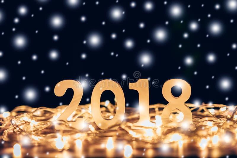 Números de madera que forman el número 2018, por el Año Nuevo y el chr foto de archivo