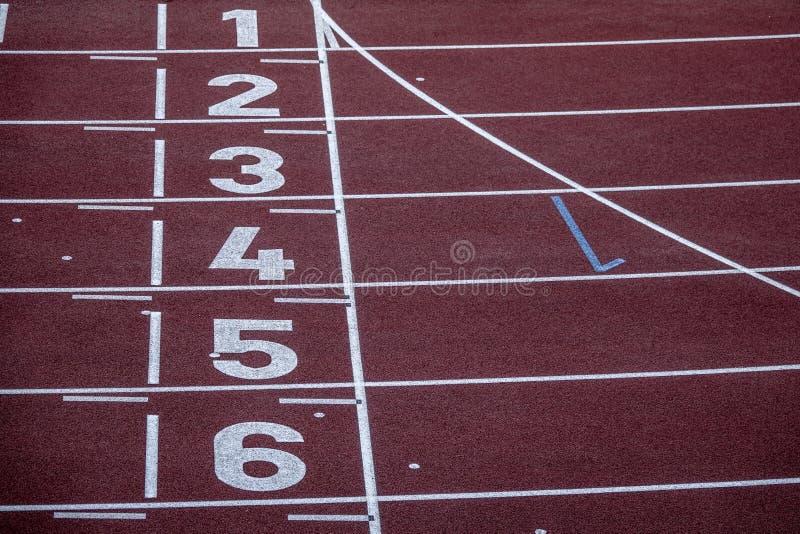 Números en una pista corriente Arena deportiva vacía fotos de archivo