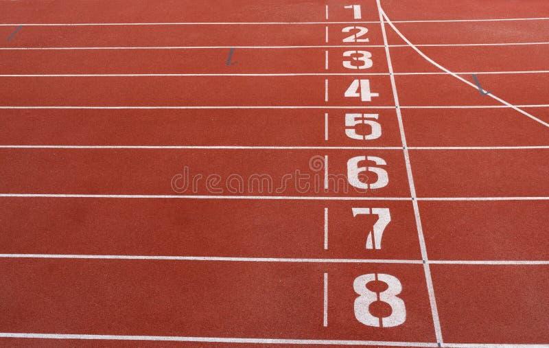 Números na pista de atletismo vermelha fotos de stock royalty free
