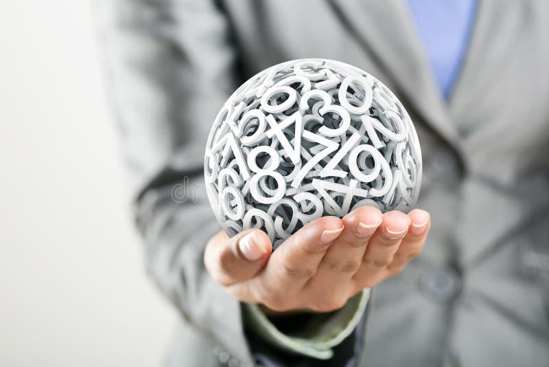 Números que formam uma esfera na mão das mulheres imagens de stock