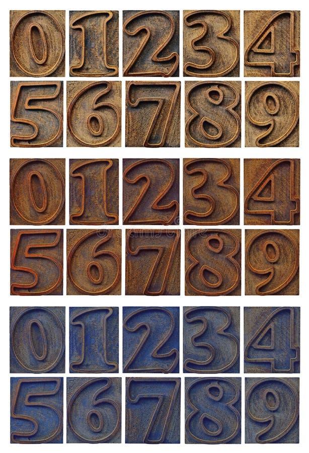 Números resumidos en el tipo de madera bloques de la prensa de copiar imagen de archivo