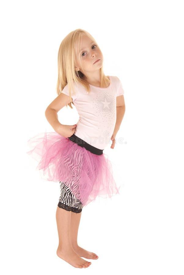 Nüchternes blondes Vorschulmädchen im rosa Ballettröckchen lizenzfreies stockfoto