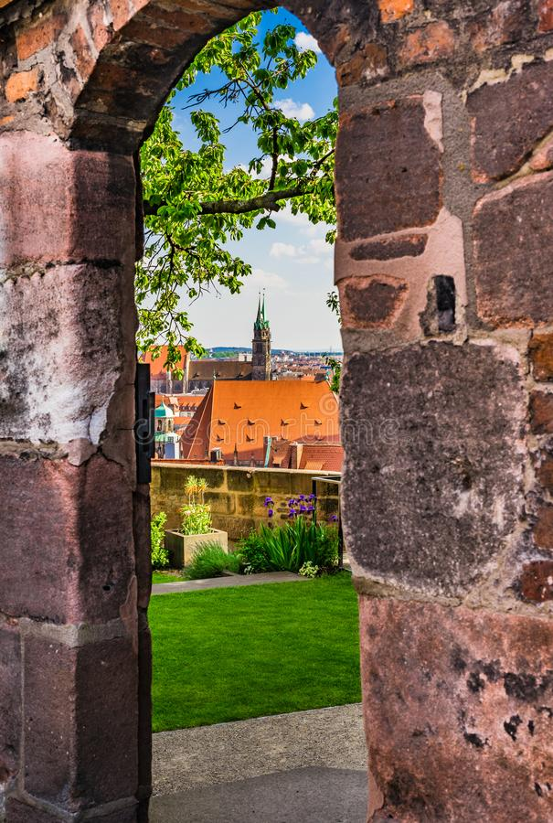 Nürnberg Deutschland, romantischer Garten des historischen Schlosses Kaiserburg mit schöner Ansicht der alten Stadt stockbilder