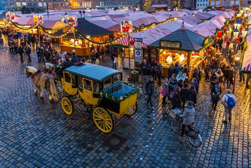 Nürnberg, Deutschland-Weihnachtsmarkt Stagecoachausflug lizenzfreie stockfotos