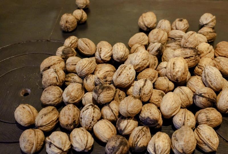 Nüsse auf einem hölzernen Ofen lizenzfreie stockbilder