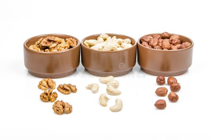 Nüsse in den keramischen Schüsseln stockfotos