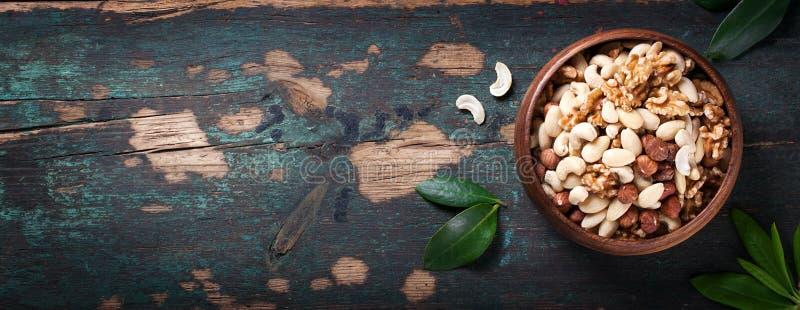 Nüsse in den Weinleselöffeln auf einem Weinlesedunkelheitshintergrund lizenzfreie stockfotografie