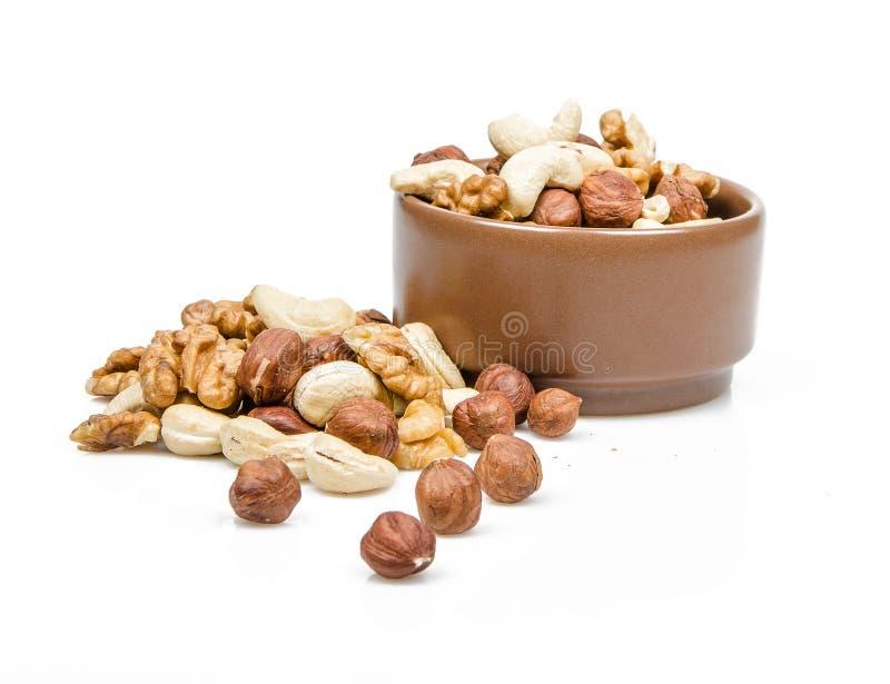 Nüsse in der keramischen Schüssel stockfotografie