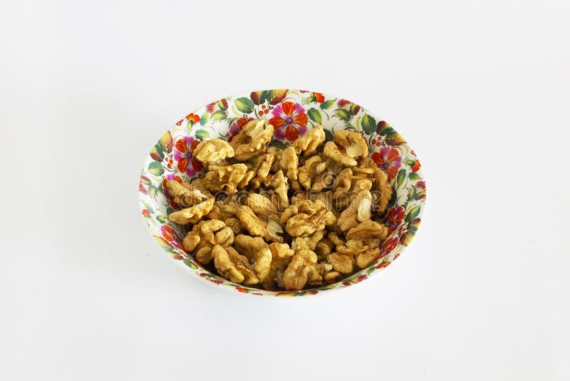 Nüsse in einer Platte auf einem sauberen Hintergrund lizenzfreies stockbild