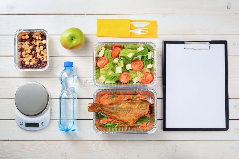 Nüsse, Salat und Fische lizenzfreie stockfotos