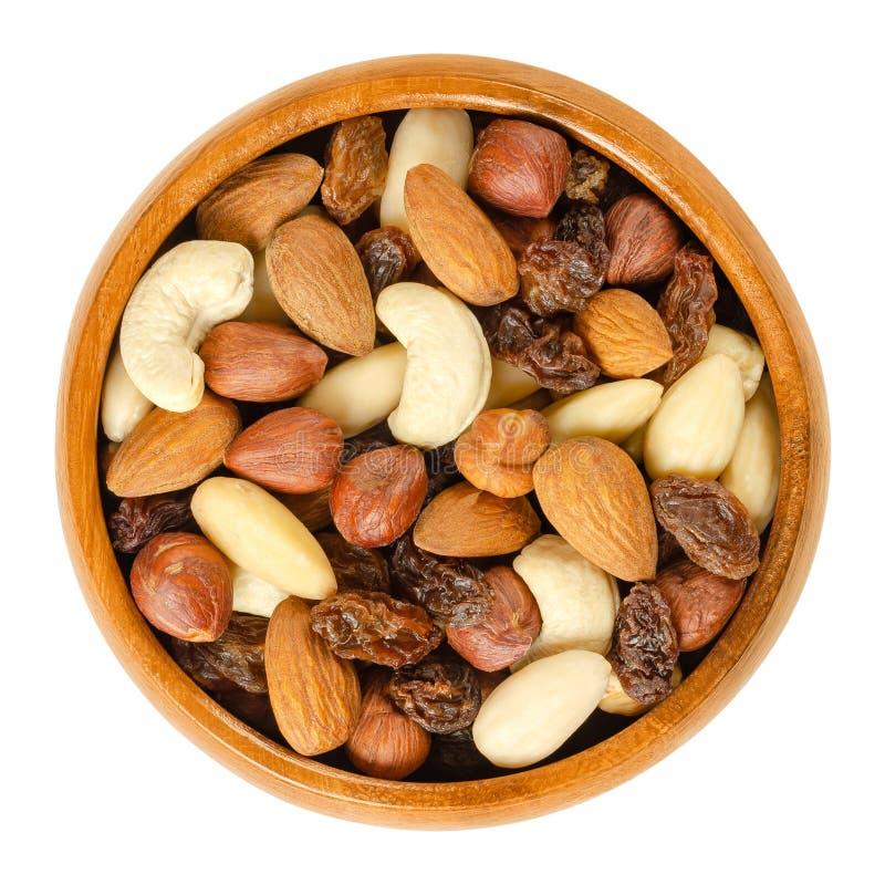 Nüsse und Rosinen in der hölzernen Schüssel über Weiß stockbild