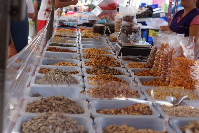 Nüsse und Trockenfrüchte auf dem Markt auf dem Zähler, der Verkäufer werden gehandelt stockbild