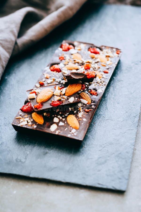 Nützliche rohe Schokolade mit Mandeln lizenzfreie stockfotografie