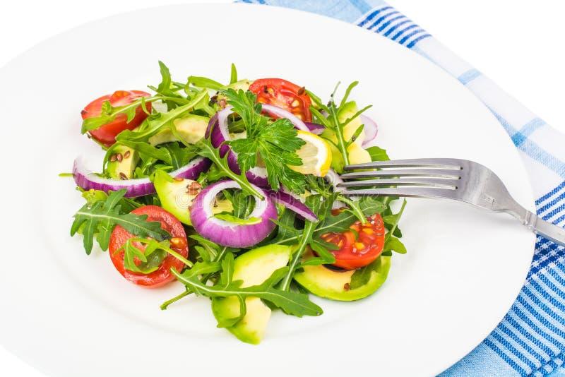 Nützliche Salate mit Avocado und Frischgemüse Das Konzept der gesunden Diät lizenzfreies stockbild