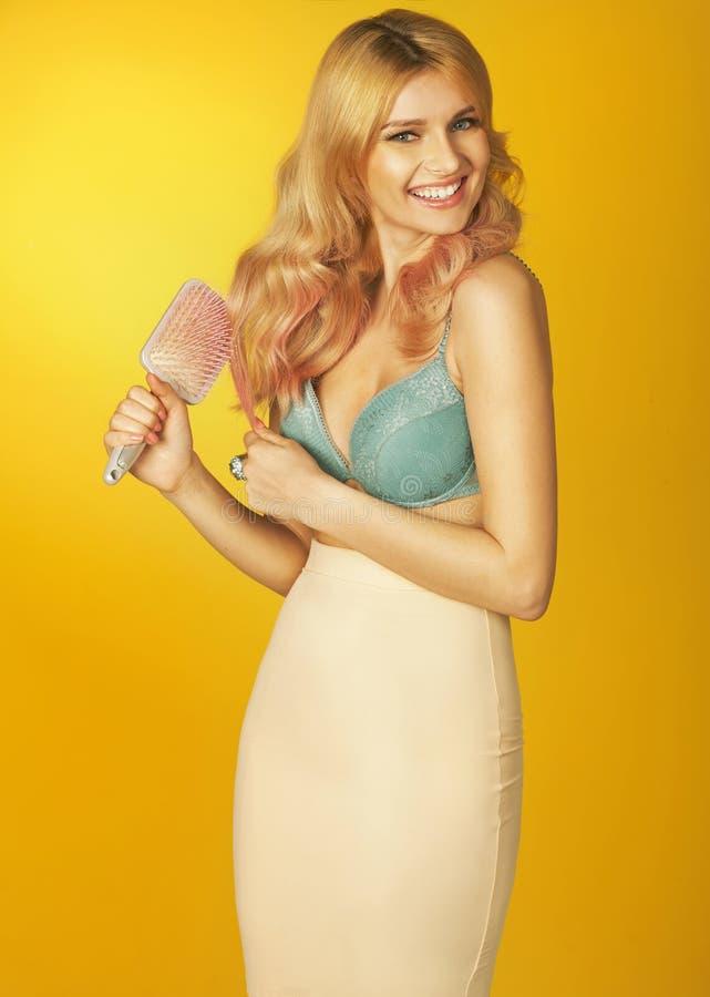 Nęcąca kobieta z złotym włosy i hairbrush obraz stock