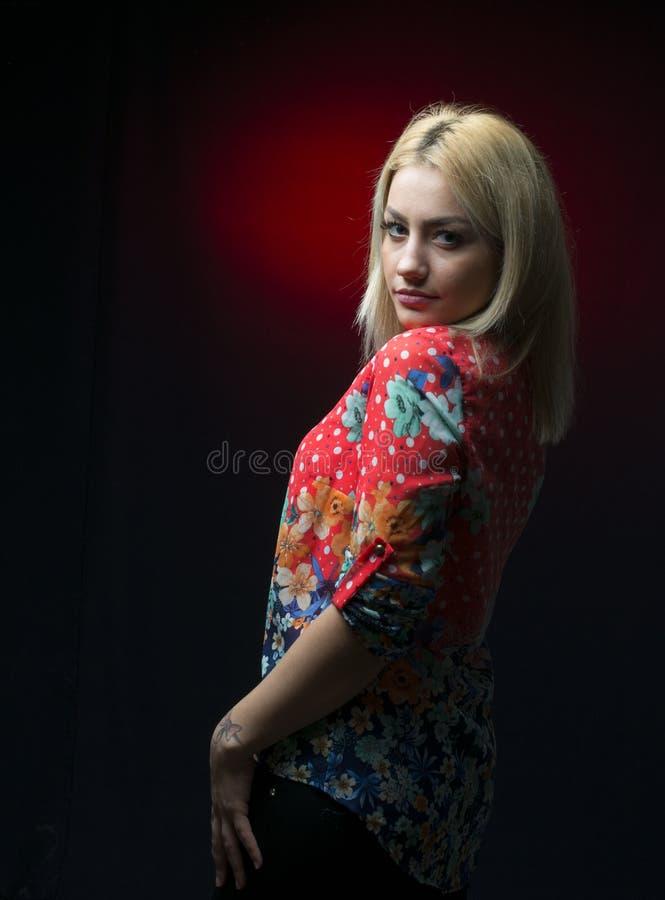 Nęcąca młoda blondynka pozuje w studiu fotografia stock