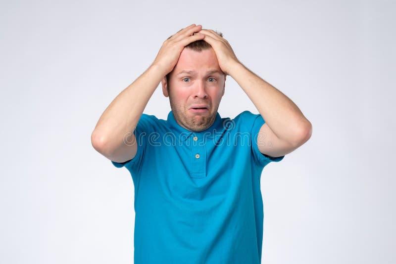 Nędzny smutny mężczyzna obraża i niepokojący wyrażający negatywne emocje obraz stock