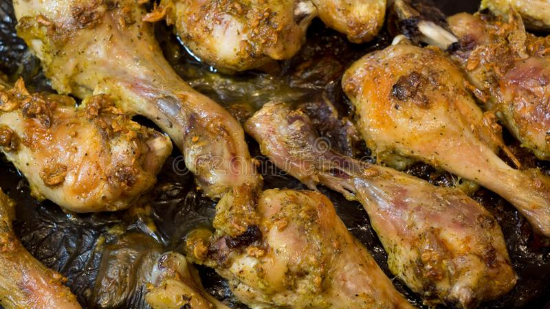 Σχάρα Κοτόπουλο ψητού Τηγανισμένο κοτόπουλο Αντικνήμια κοτόπουλου Κρέας κοτόπουλου Πόδια κοτόπουλου στη σάλτσα σκόρδου Σχάρα BBQ  στοκ φωτογραφίες