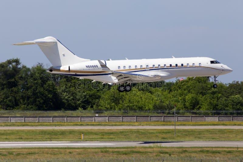 N68889在跑道的投炸弹者BD-700-1A10全球性6000架企业喷气机着陆 免版税库存照片