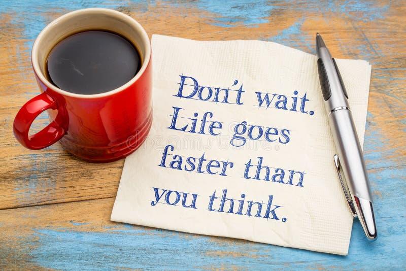 N'attendez pas La vie va plus rapidement que vous pensez photographie stock