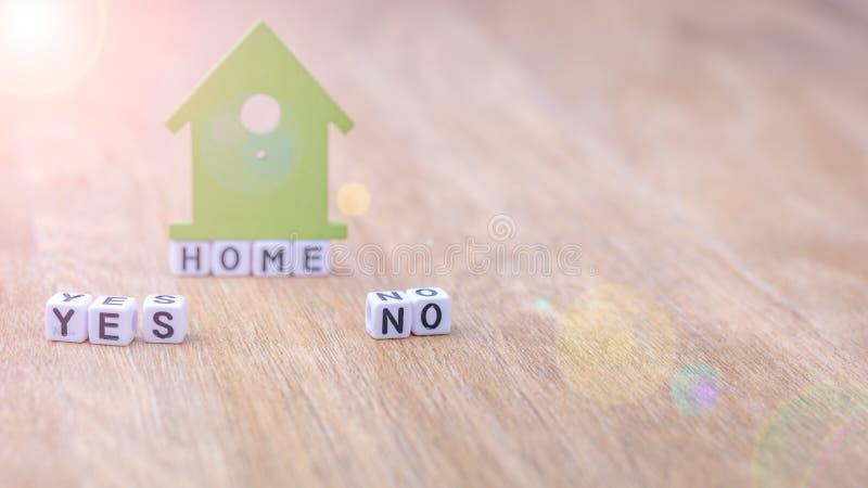 N'AUTOGUIDEZ OUI AUCUN mot horizontal des lettres de cube avec le symbole de maison verte sur la surface en bois image stock