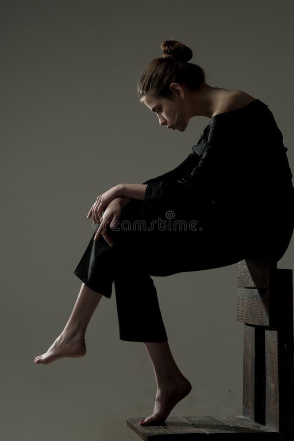 N'ayez aucune puissance et foi de combattre Fille moderne solitude Femme de mode intégrale solitude Beauté et mode photographie stock