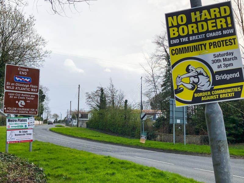 n Cartel de la frontera de Irlanda y de la protesta de Brexit fotos de archivo
