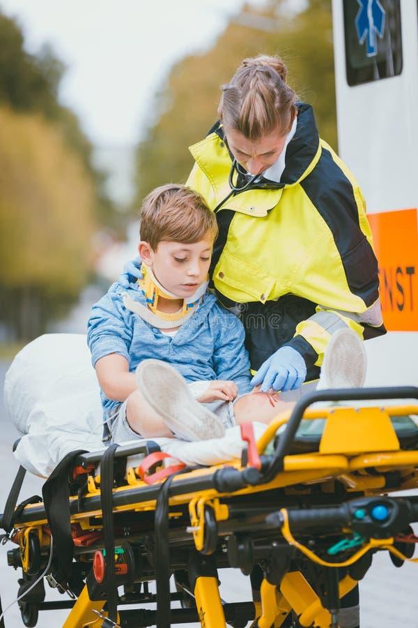 N?d- doktor som ger syre till olycksoffret royaltyfri foto
