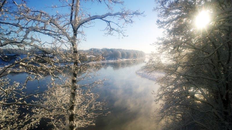 ¾ n des chutes de neige Ð la rivière photographie stock
