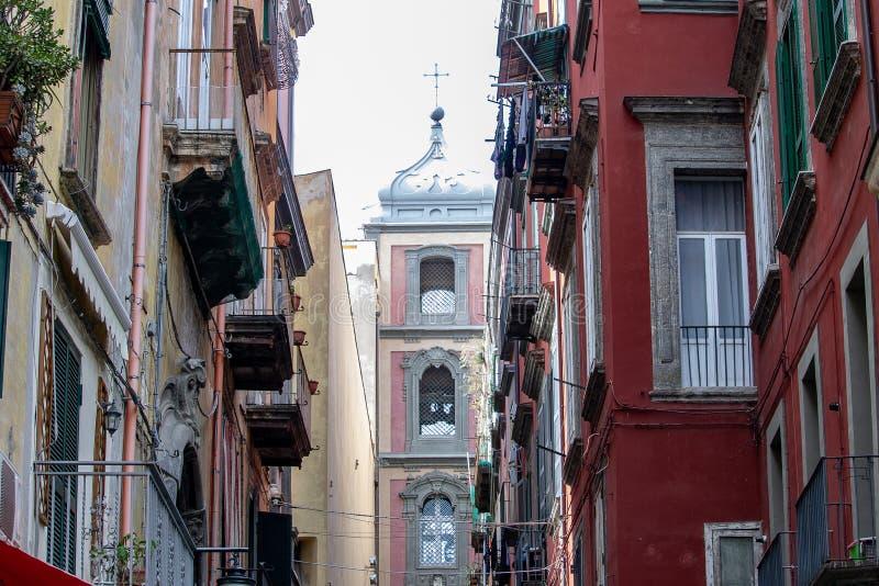 N el centro histórico de la ciudad allí es la calle famosa para el arte del pesebre, vía San Gregorio Armeno, destino de muchos v imagen de archivo libre de regalías