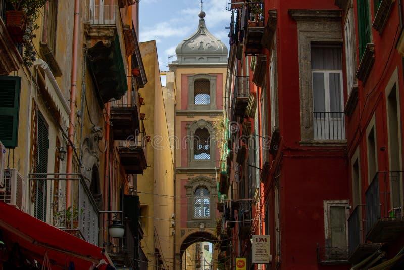 N el centro histórico de la ciudad allí es la calle famosa para el arte del pesebre, vía San Gregorio Armeno, destino de muchos v imágenes de archivo libres de regalías