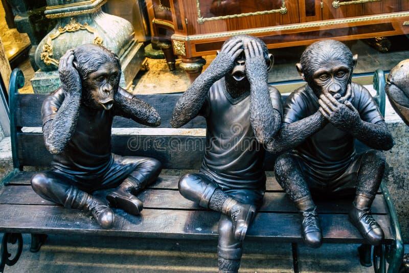 N'entendez aucun mal, ne parlez aucun mal, ne voyez l'aucun mal, 3 statues sages de singes photo libre de droits