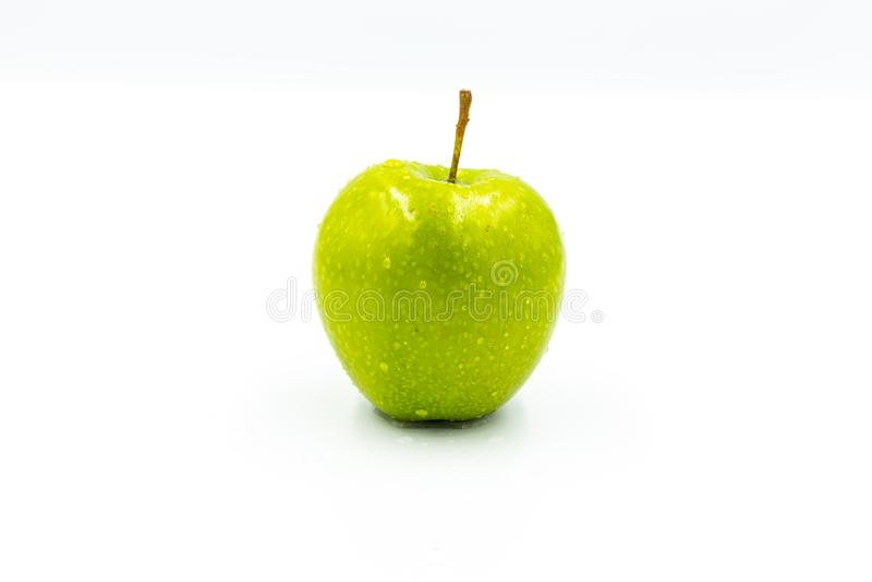 ??n groene appel op een witte achtergrond royalty-vrije stock afbeelding