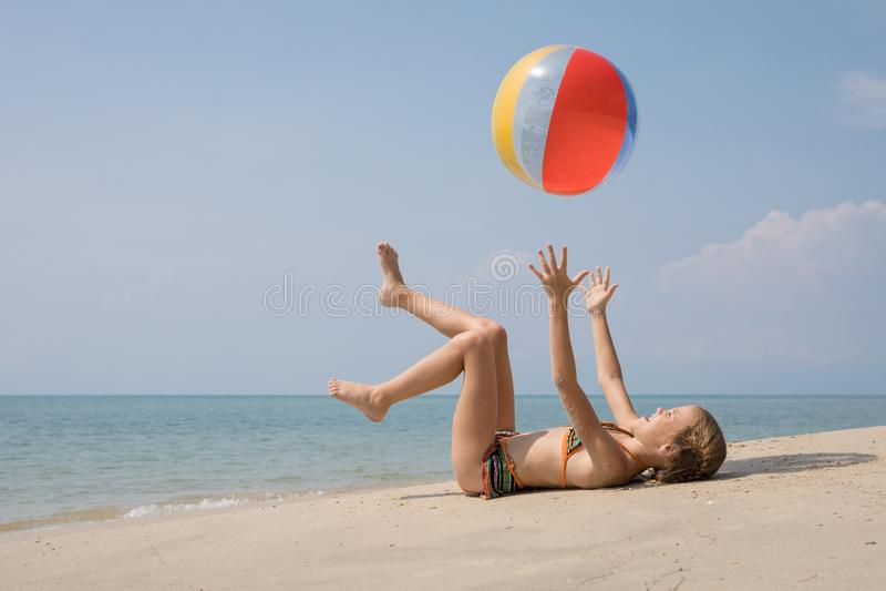 ??n het gelukkige meisje spelen op het strand in de dagtijd royalty-vrije stock foto's