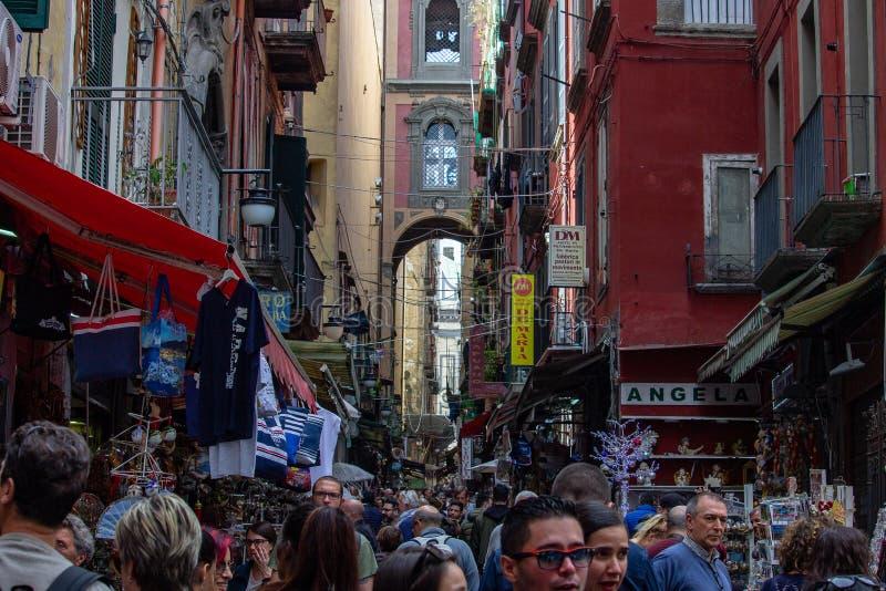 N het historische centrum van de stad is er de beroemde straat voor de voederbakambacht, via San Gregorio Armeno, bestemming van  stock fotografie